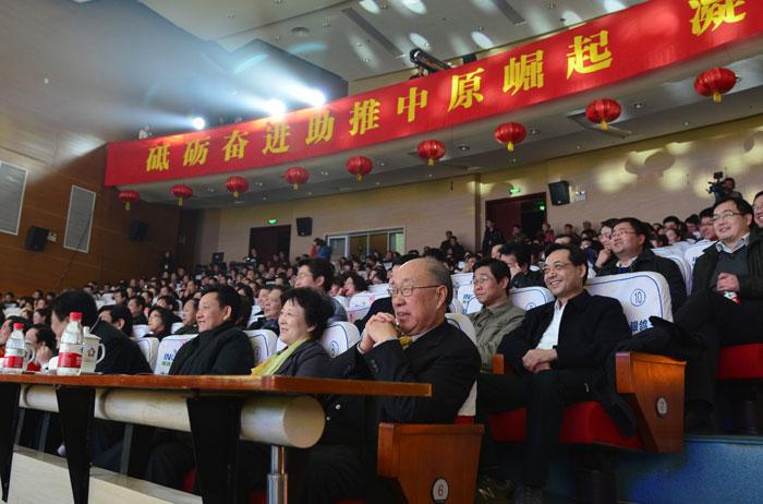 漯河市领导及双汇集团董事长万隆观看了晚会